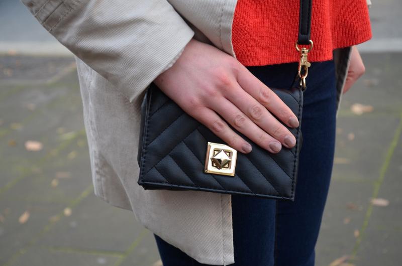 mała torebka, trencz, stylizacja outfit, czerwony, Rzym, weekend, Włochy