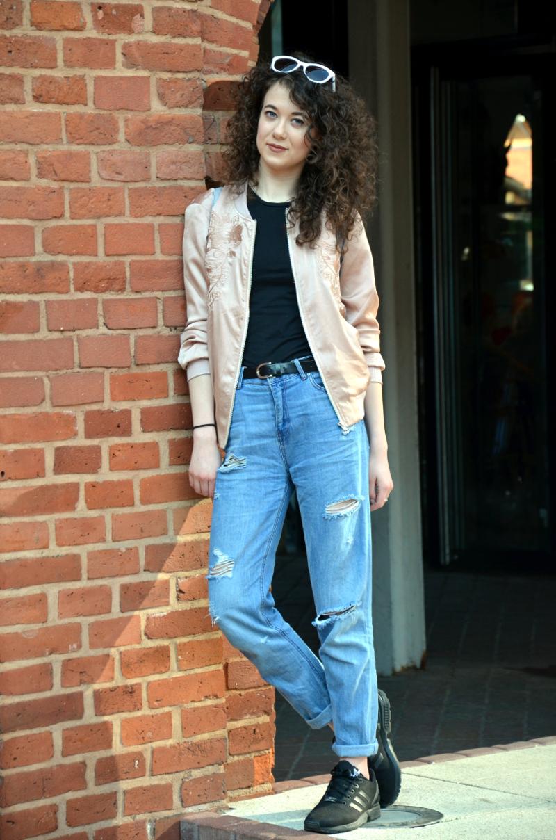 Boyfrend jeans, bomber jacket, łódź, manufaktura, kręcone włosy, adidasy, outfit, new look, reserved