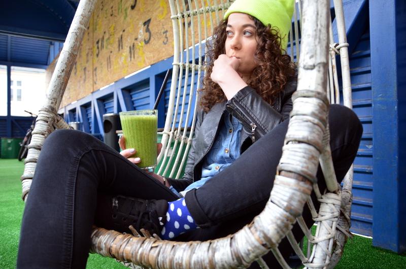koktajl, skarpetki w kropki, jak nosić kolorowe skarpetki, kolorowe skarpetki, hipster, niebostan, łódź, kolorowa czapka, hipsterskie miejsce, fajne miejsce w Łodzi