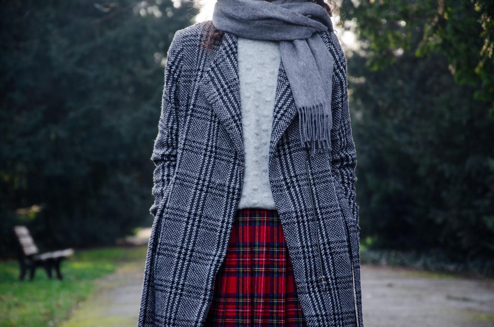 vogue, szkocka kratka, wpsomnienia, zakreecona, kręcone włosy, płąszcz orsay, blog, outfit, hala stulecia, spódnica, second hand, lumpeks, blog modowy, blog podróżniczy