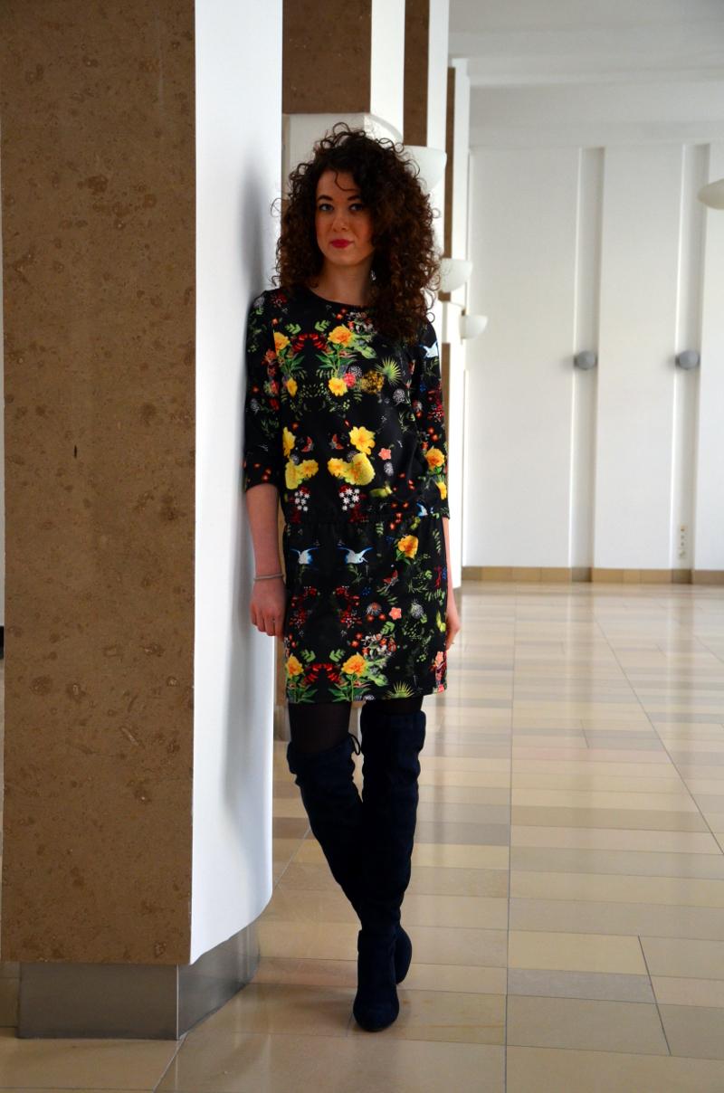 kozaki za kolano, kręcone włosy, sukienka w kwiaty, wyprzedaż, outfit, blog